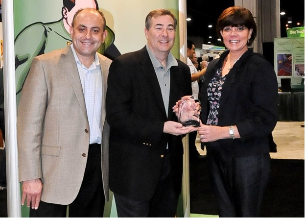 Seth Pemsler, Vice President, Retail/International, IPC (middle), accepts Progressive Grocer Commodity Board Retail Leadership Award from Meg Major, Editor in Chief, Progressive Grocer. Also pictured is Ned Bardic, Senior Vice President, Progressive Grocer.